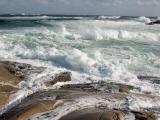Vågor som slår in mot klippor.