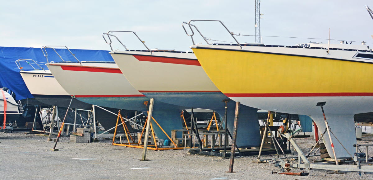 Fören på båtar uppställda bredvid varandra.
