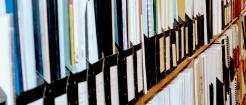 Bokhyllor med litteratur i SGI:s bibliotek med en korridor i mitten.
