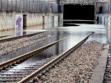 Järnvägsspår som har blivit översvämmade.