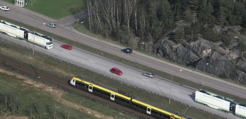 Flygfoto över trafikerad motorväg och järnväg vid Göta älv.