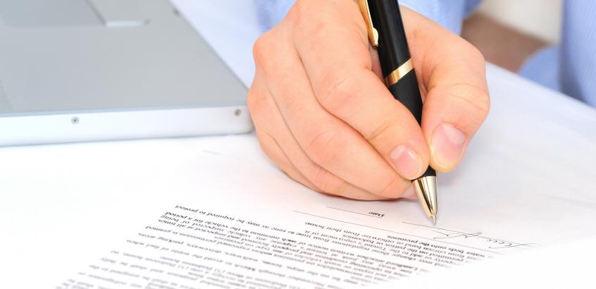 Affärsman skriver under ett kontrakt. Administration, kontorsarbete