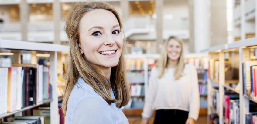 Student i biblioteksmiljö