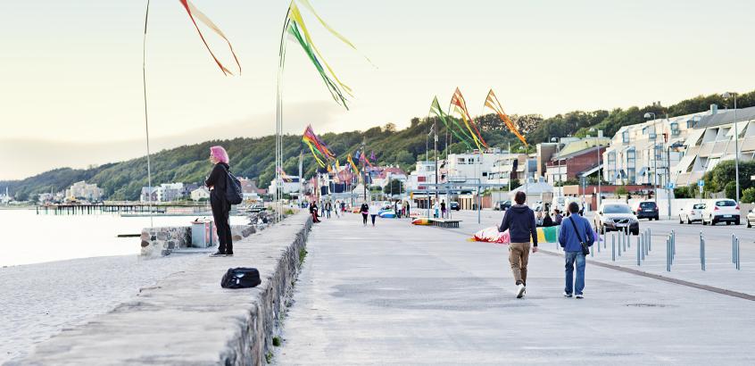 Strandvägen i Helsingborg, folk som flanerar.