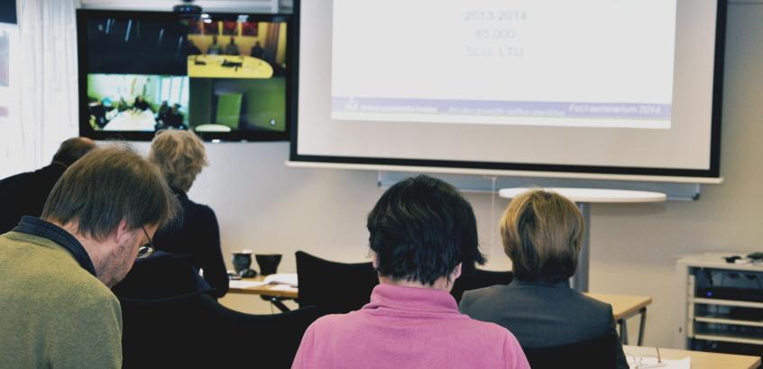 Kursverksamhet på SGI. Ryggar på åhörare som sitter vända mot en presentation på projektorduk.
