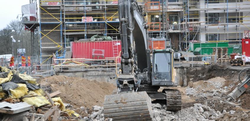 Byggarbetsplats vid Mahoniahöjden, Linköping. Rivningsarbete pågående parallellt.