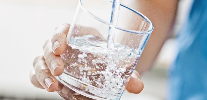 Glas fylls på med dricksvatten