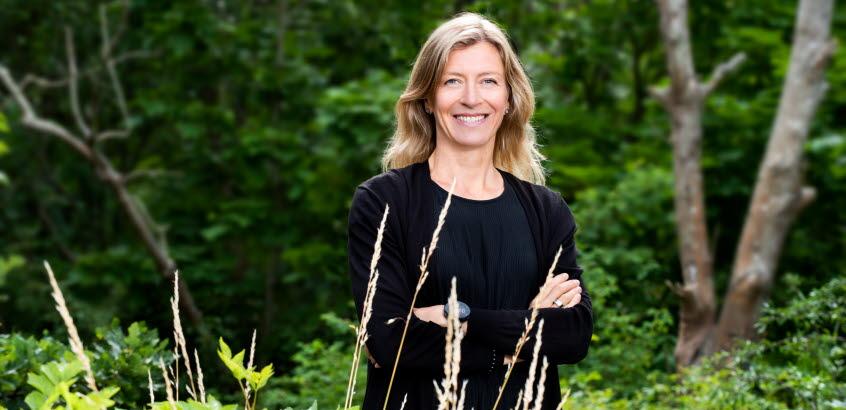 Forskare Gunnel Göransson i den svenska naturen.